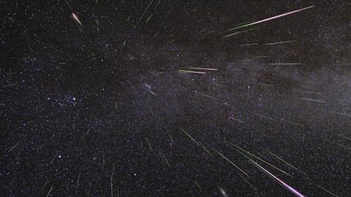 Una fotografía de meteoritos surcando el cielo, tomada durante la lluvia de meteoros Perseidas.