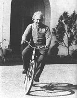 Einstein montado en su bicicleta